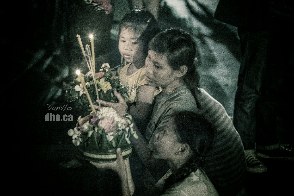 Loy Krathong at the fort Pom Pra Sumen in Phra Nakorn, Bangkok, Thailand.